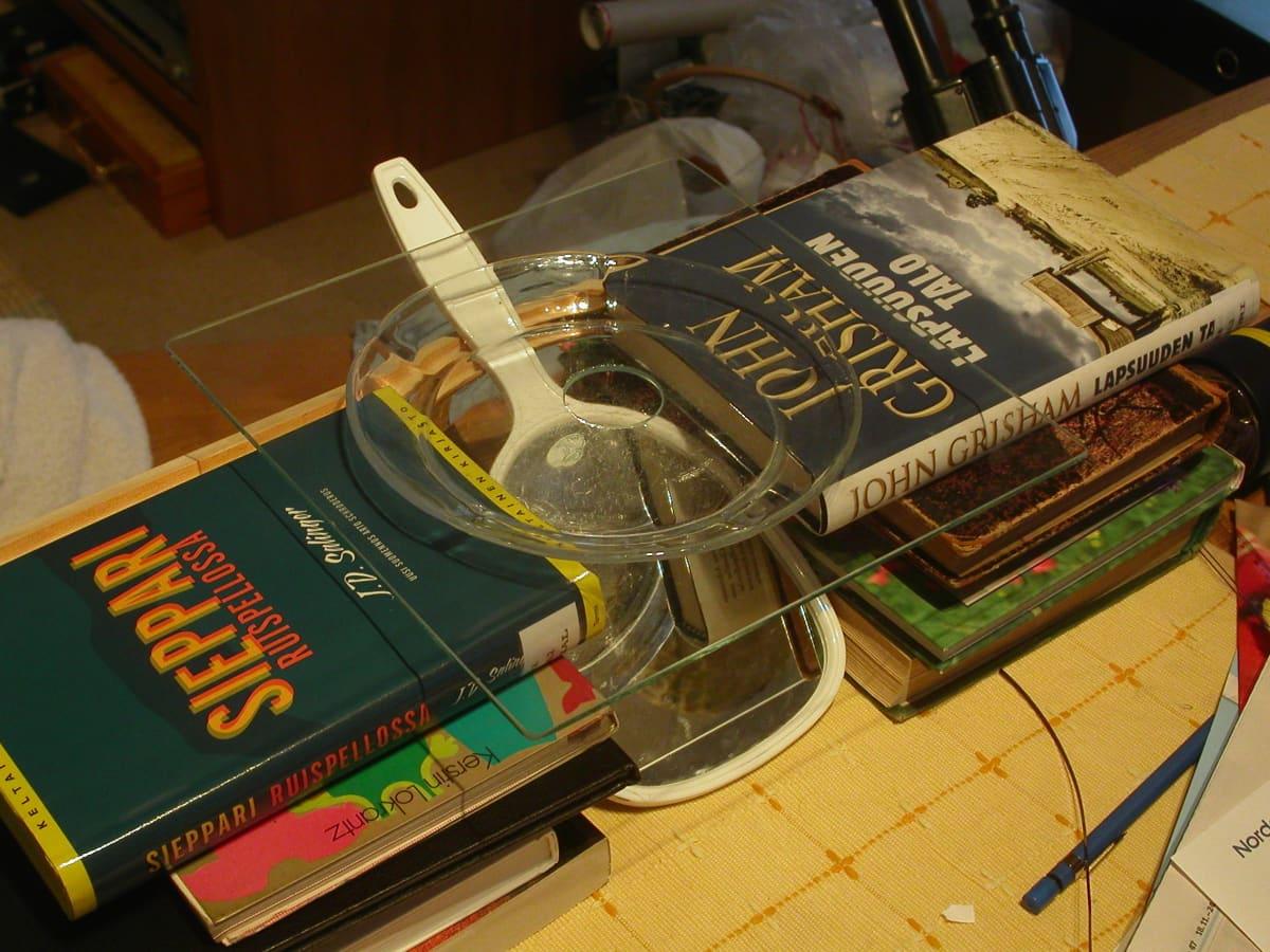 Pekka Honkakosken ensimmäinen lumikidekamera rakentui olohuoneen pöydälle kirjojen varaan.