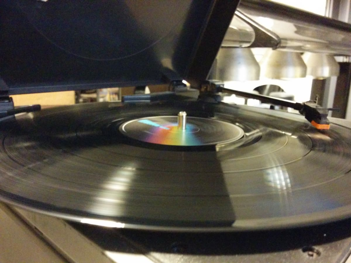 Levymessuilla soitetaan musiikkia levysoittimella.