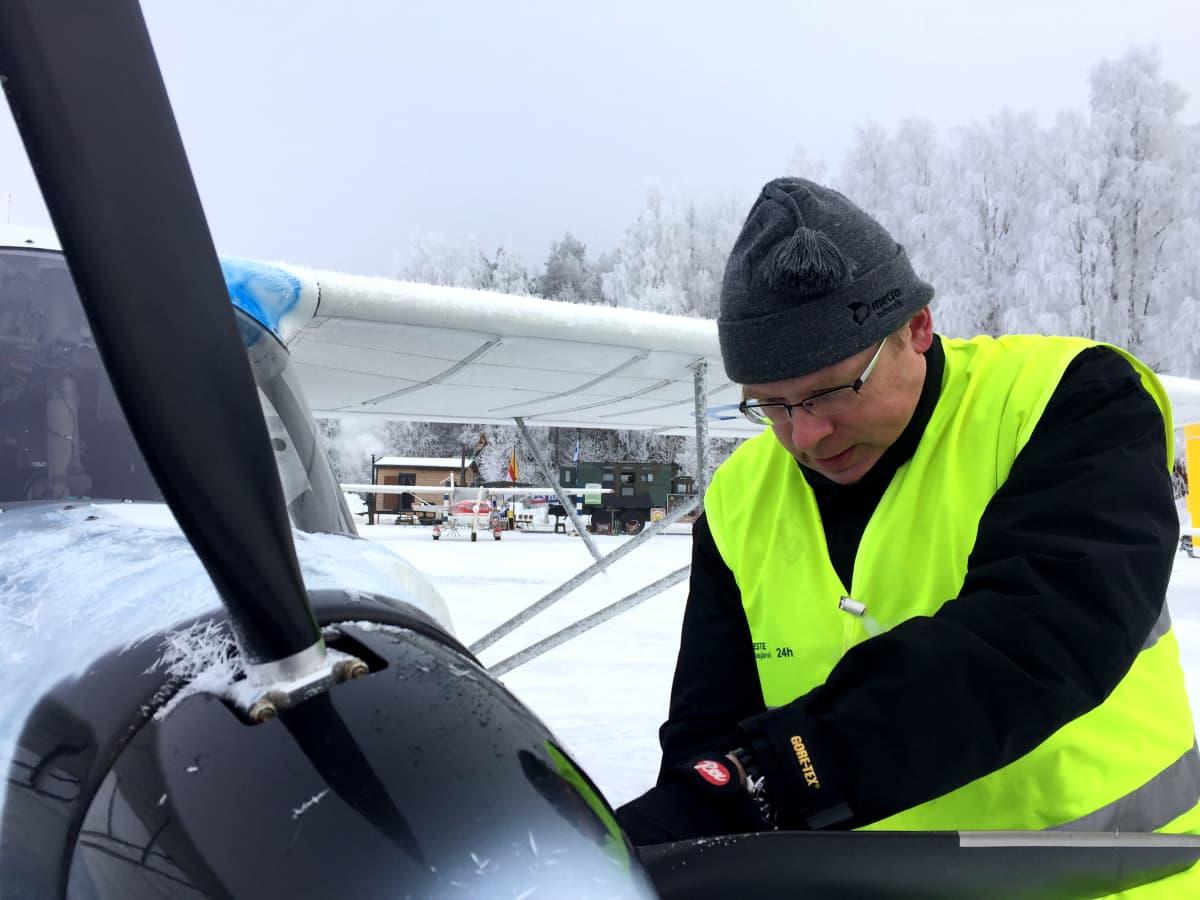 Jari Sivula tarkastaa lentokoneen moottoria.