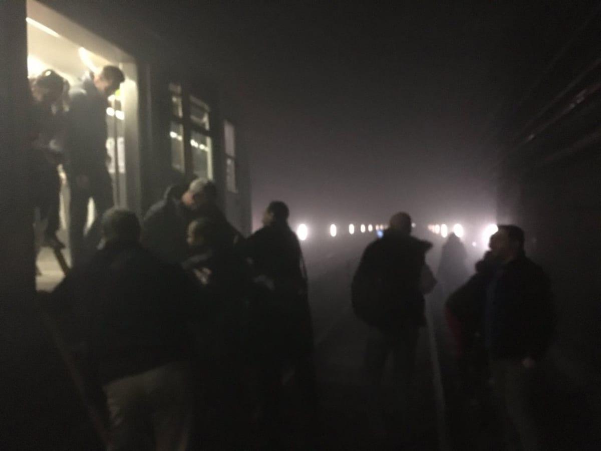 Matkustaja poistuvat metrosta Maelbeekin aseman räjähdyksen jälkeen.