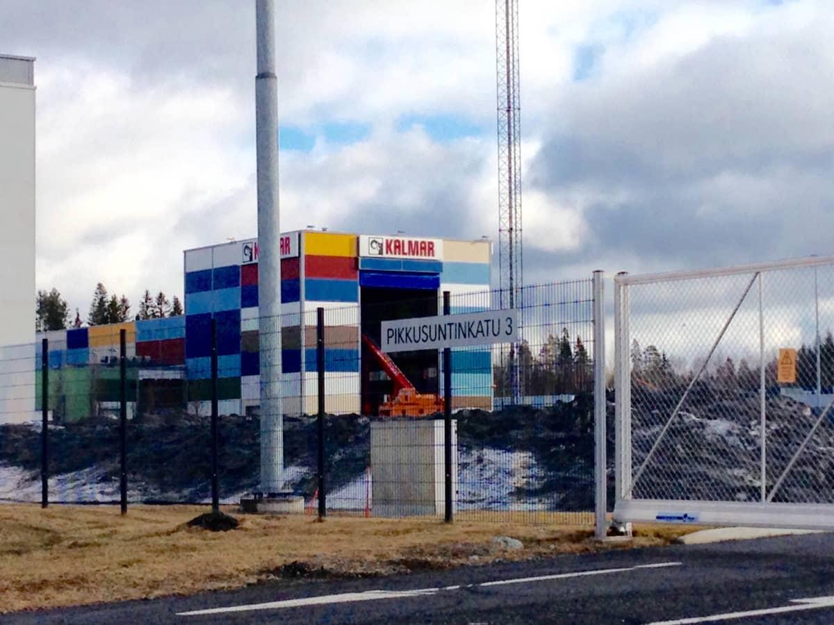Cargotecin teollisuushalli aidan takana.