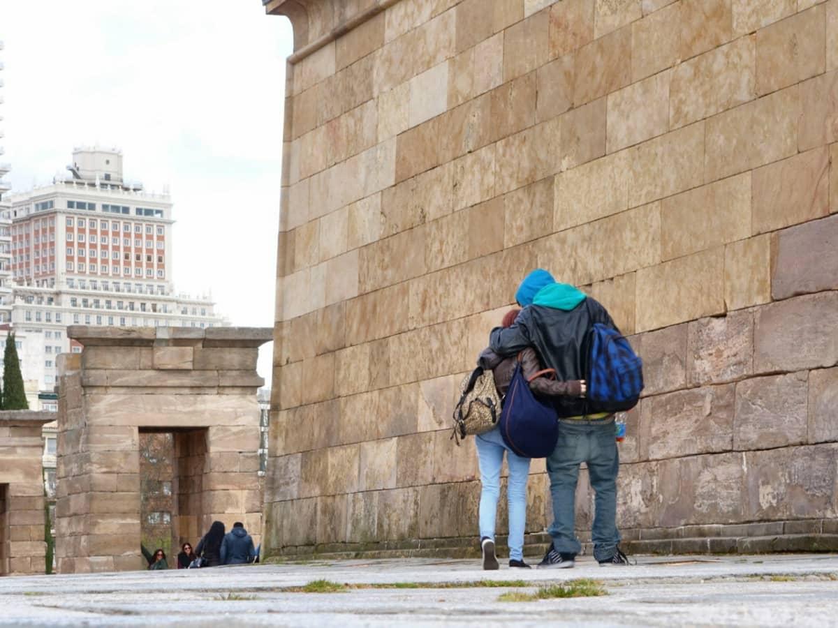 Pariskunta kadulla. Madridin kaupunki on aloittanut hiljattain ohjelmia, joilla yritetään tukea kaupungin köyhempää väestöä.