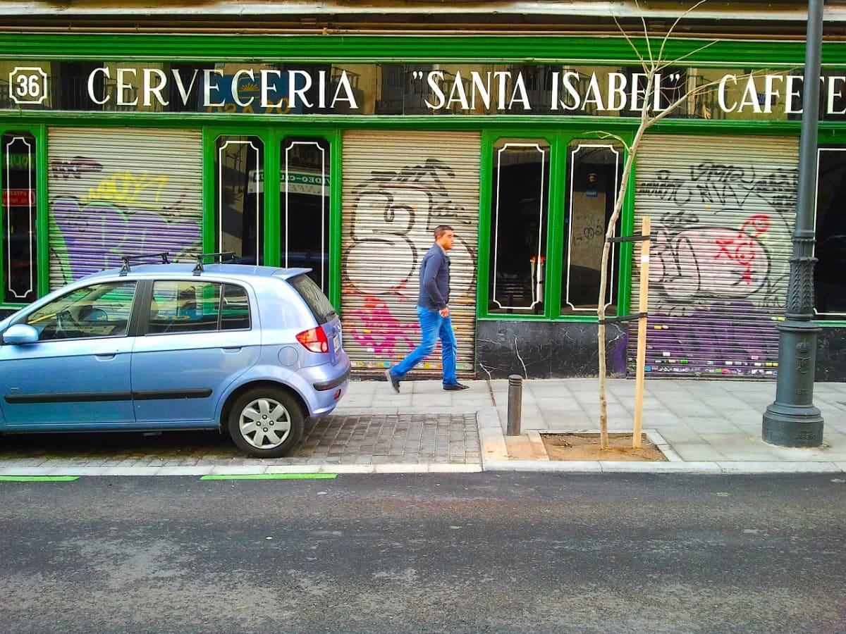 Mies kävelee kadulla. Espanjan talouskriisi näkyy selvimmin pääkaupungin eteläisissä osissa.