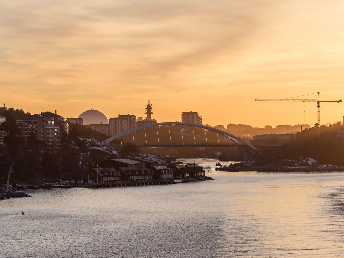 Tukholman kaupunkisiluetti auringonlaskun aikaan mereltä käsin.