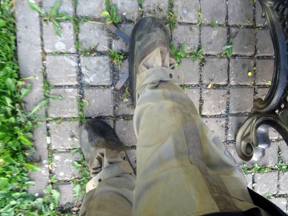 Tällaiset suojasaappaat puettiin jalkaan.