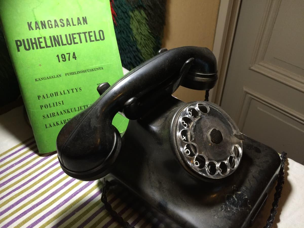 Vanha puhelin ja puhelinluettelo