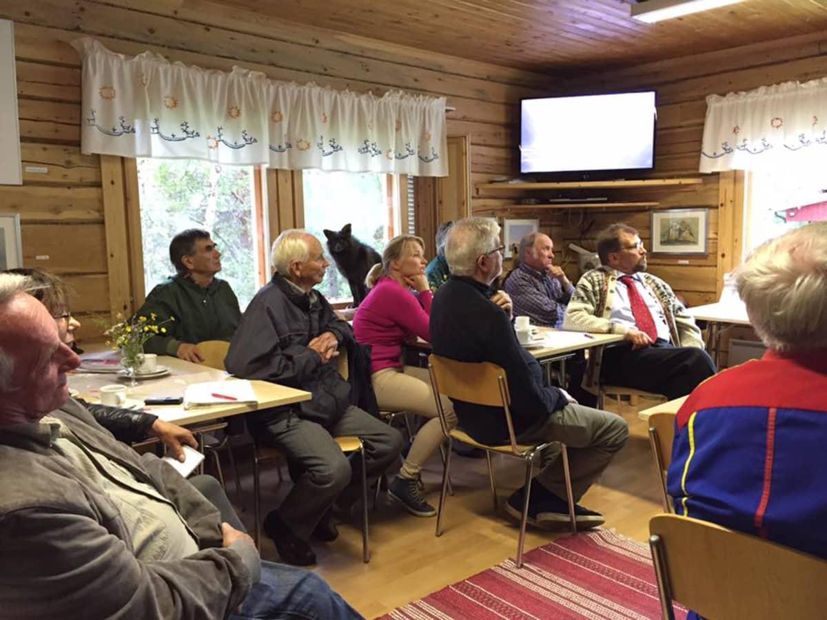 Karigasniemellä kokoonnuttiin keskustelutilaisuuteen Tenon kalastussopimuksesta.