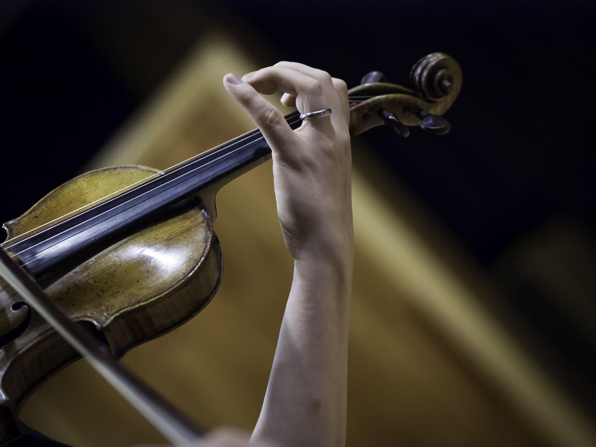 Henkilö soittaa viulua.