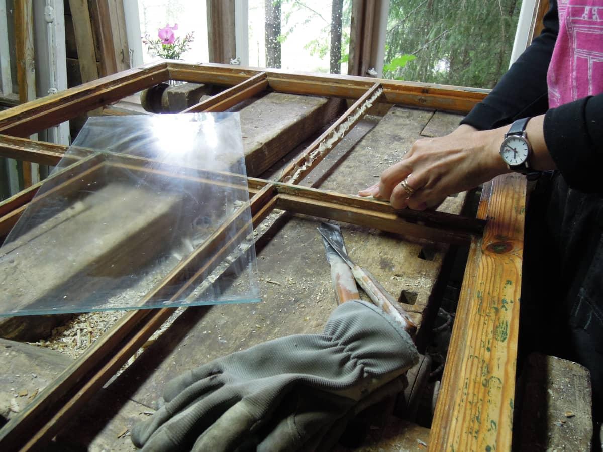 Kittiä kuluu vanhojen ikkunoiden kunnostustöissä.