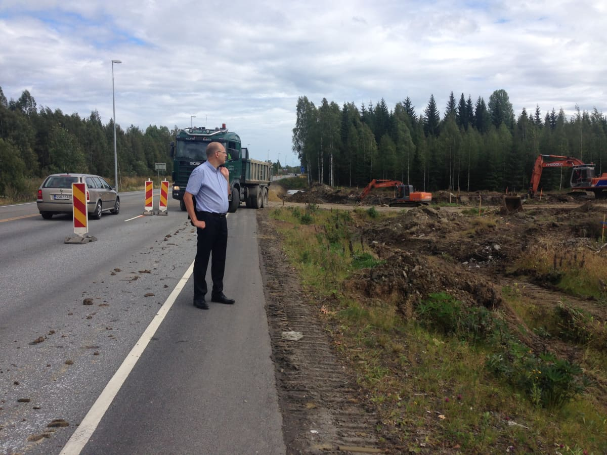 Kunnanjohtaja Olli Riikonen Tohmajärven Niiralassa tulevan kauppapaikan risteystyömaalla.
