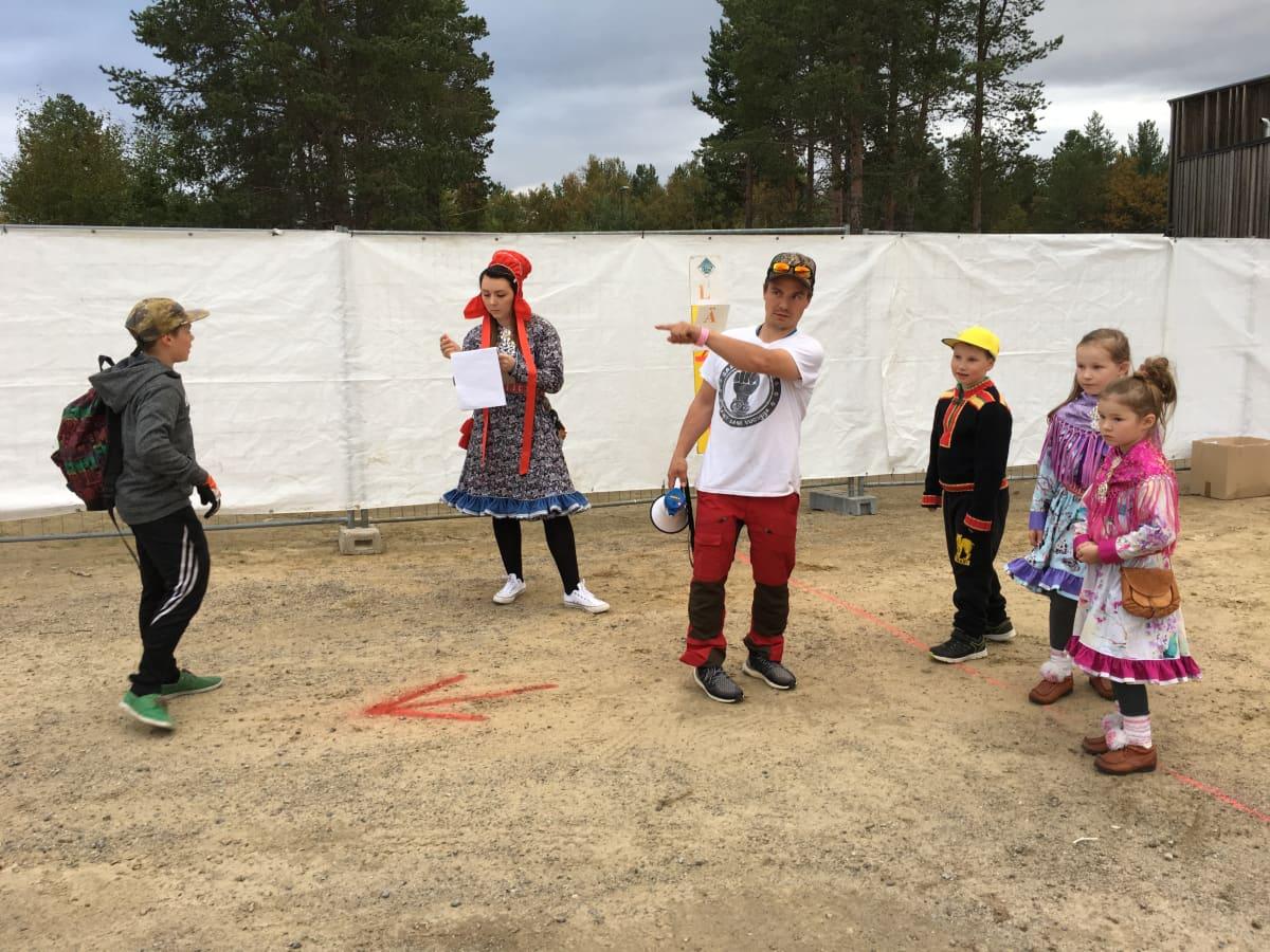 Pienimpien sarjan osallistuvat kuuntelevat Inarin saamelaisyhdistyksen puheenjohtajan Aslak Palton ohjeita ennen suopunkisprint-kisaa.