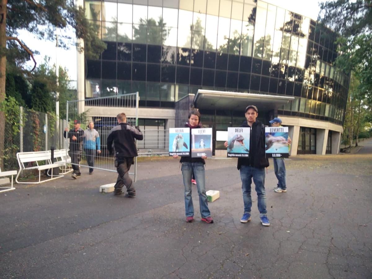 Eläinoikeusjärjestön aktivisteja delfinaarion edessä