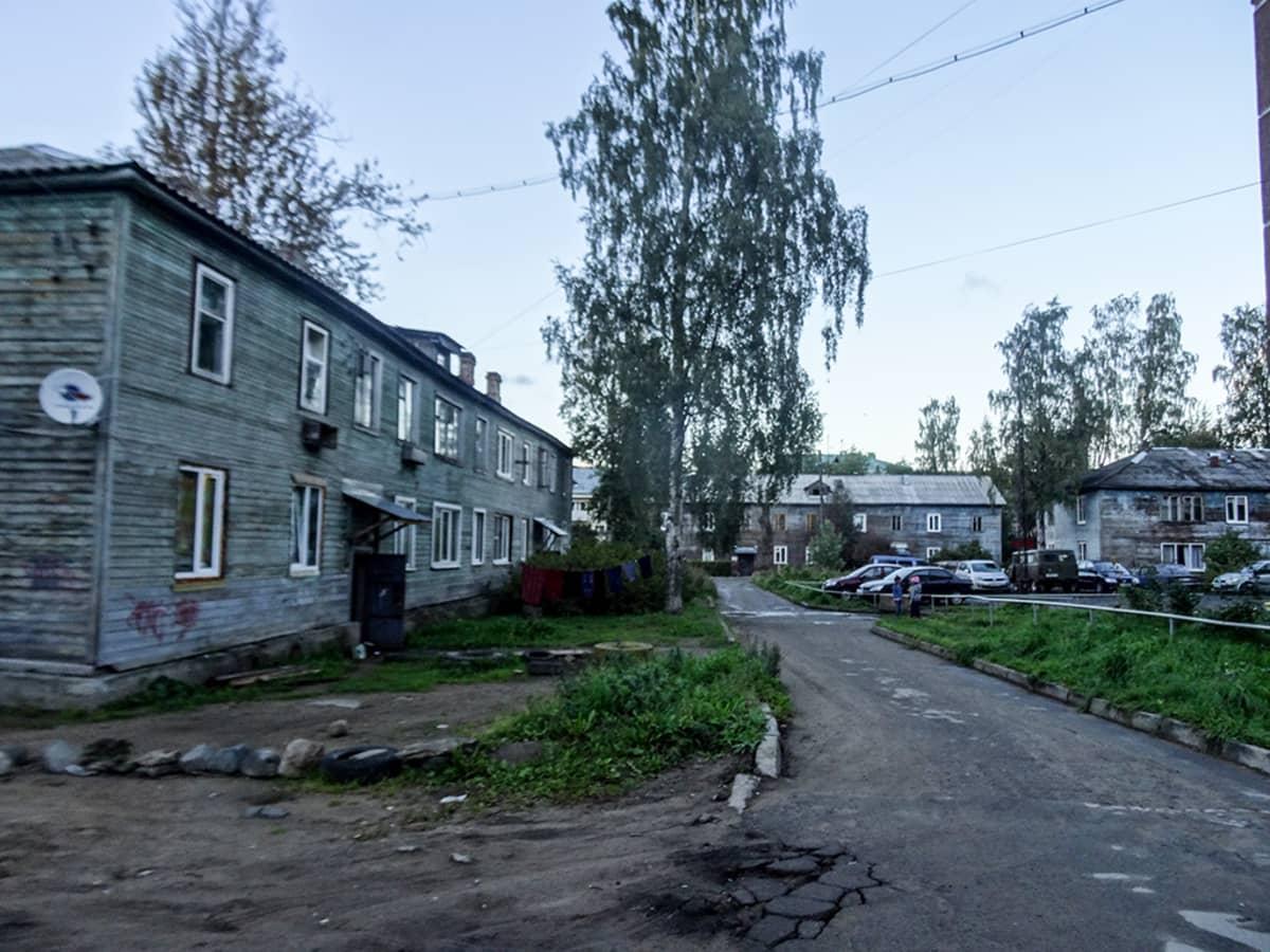 Moni asuu hyvin vanhanaikaisissa taloissa Petroskoissa.