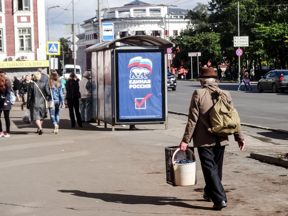 Yhtenäinen Venäjä mainostaa Petroskoin bussipysäkeillä.