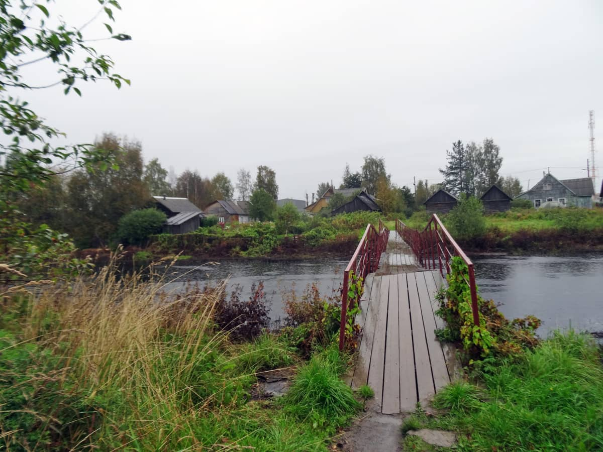 Tšalnaa halkoo joki, jonka yli kulkeva silta yhdistää kyläläisiä.
