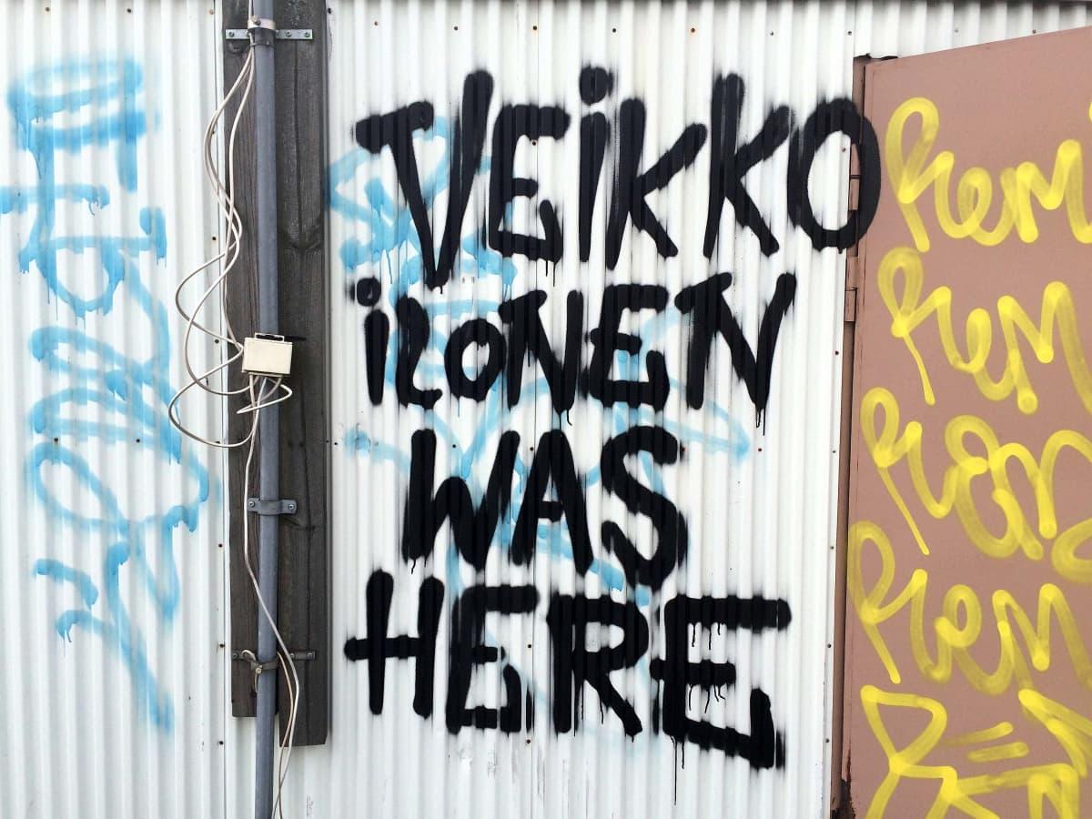 Taiteilijaryhmä Veikko Ilonen jätti puumerkkinsä Petteri-liikekeskuksen katolle.