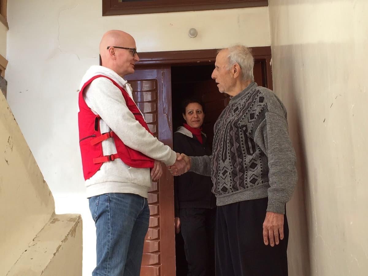Jyri Rantanen tapasi avunsaajia kenttävierailulla Syyrian Homsissa vuonna 2015