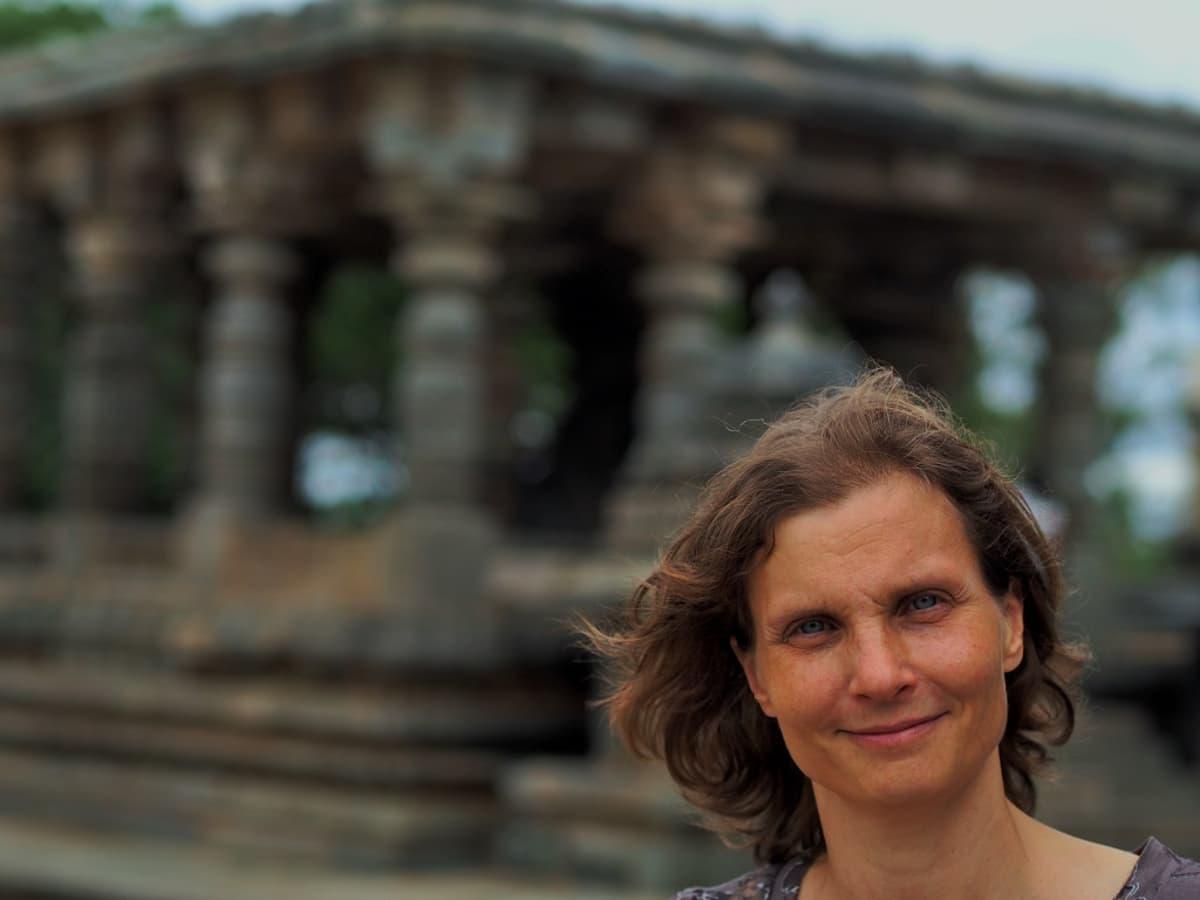 Intian Bengalurussa asuva suomalainen Katrina Carlson on auttanut pankkitiliä vailla olevia ystäviään