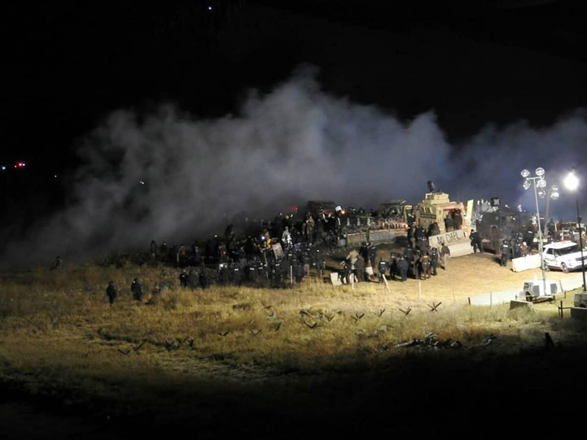 Sadat ihmiset osoittivat mieltään Pohjois-Dakotassa öljyputkea vastaan. Marraskuu 2016.