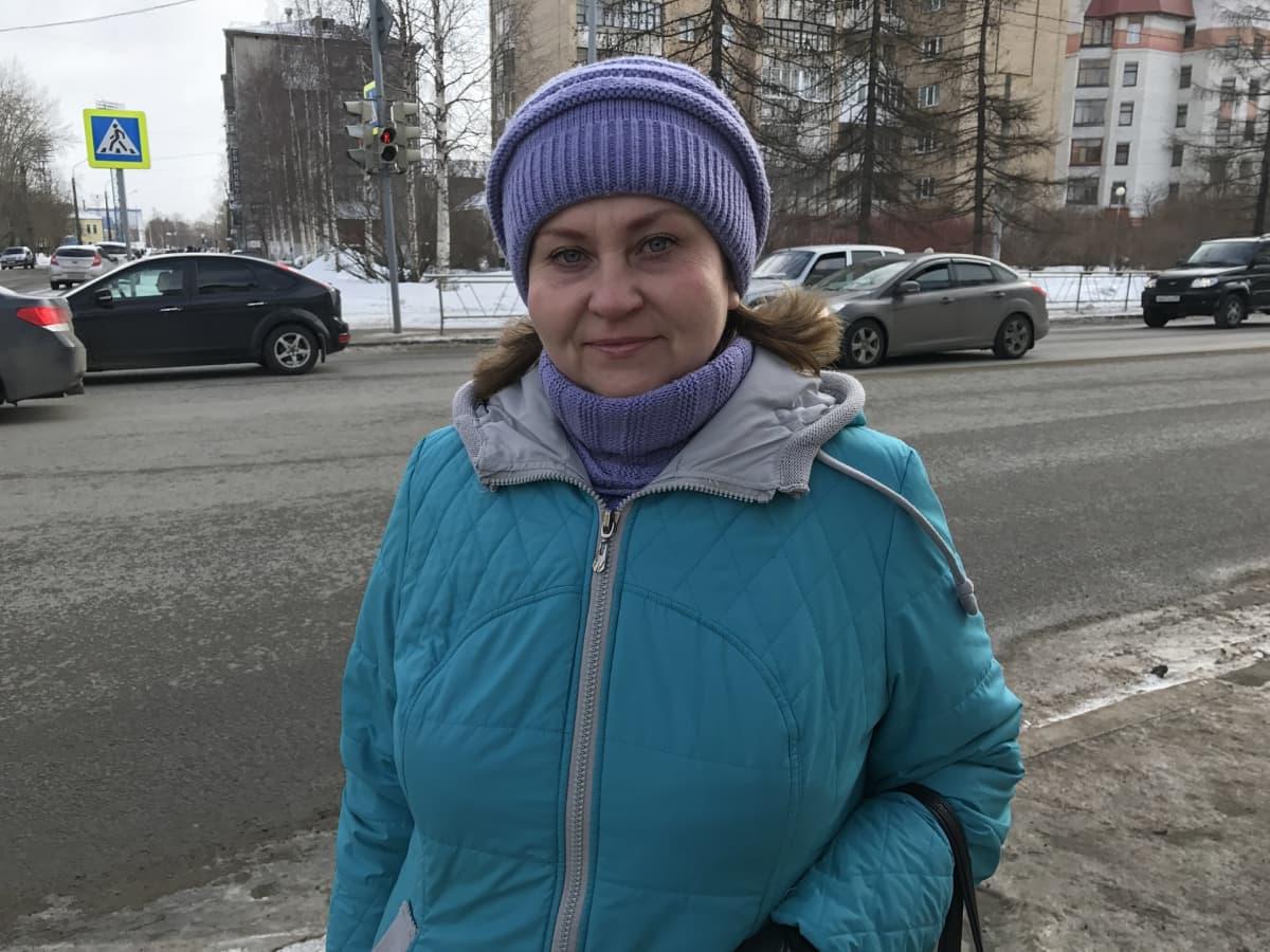 Lena Krylova sinissä talvivaatteissa