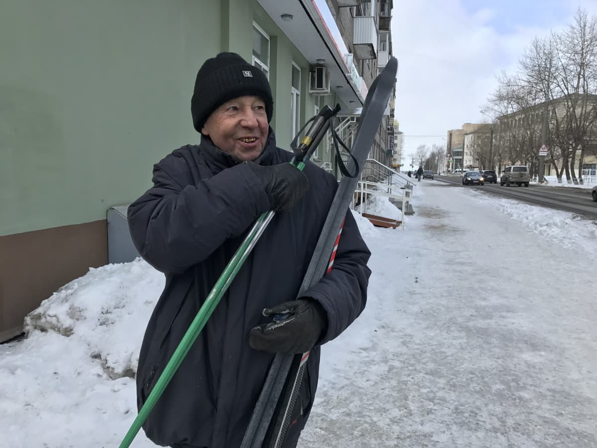 Valeri Beltsin kadulla suksien ja sauvojen kanssa.