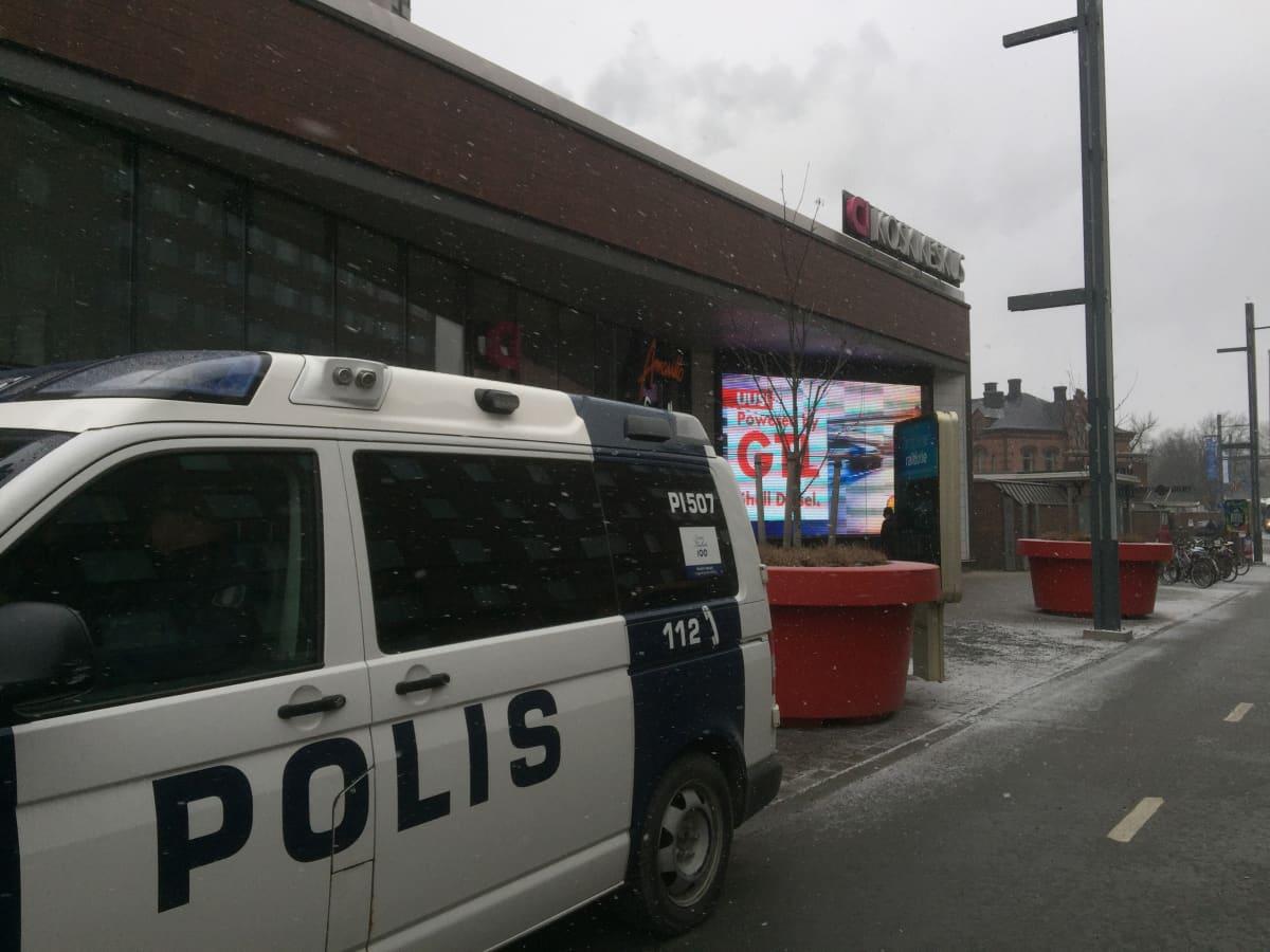 Poliisiauto Koskikeskuksen ovella