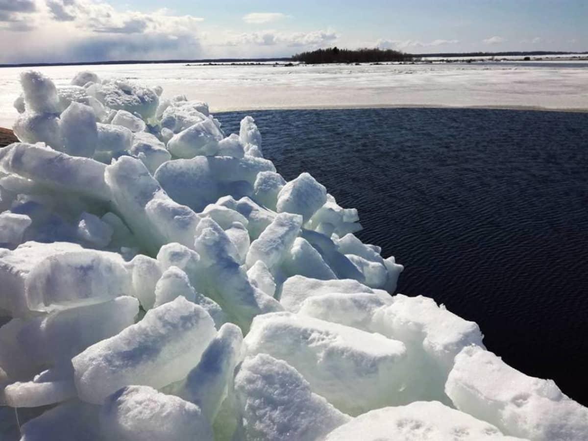 Myös Marinkaisissa jääröykkiöt koristavat rantaa.