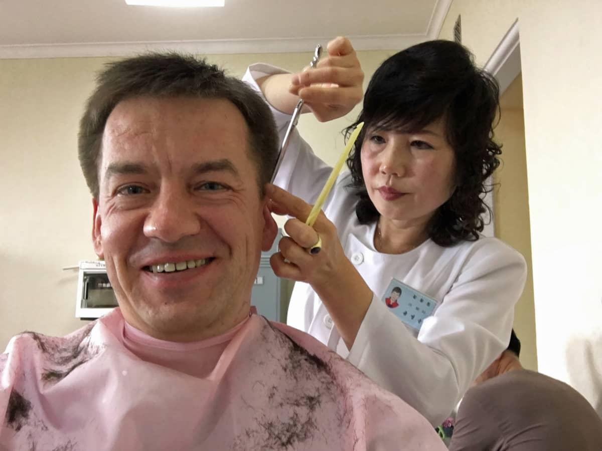 Tämä hiustyyli tunnetaan Pohjois-Koreassa nimellä kunnialaukaus, ja sitä sanotaan maan suosituimmaksi.