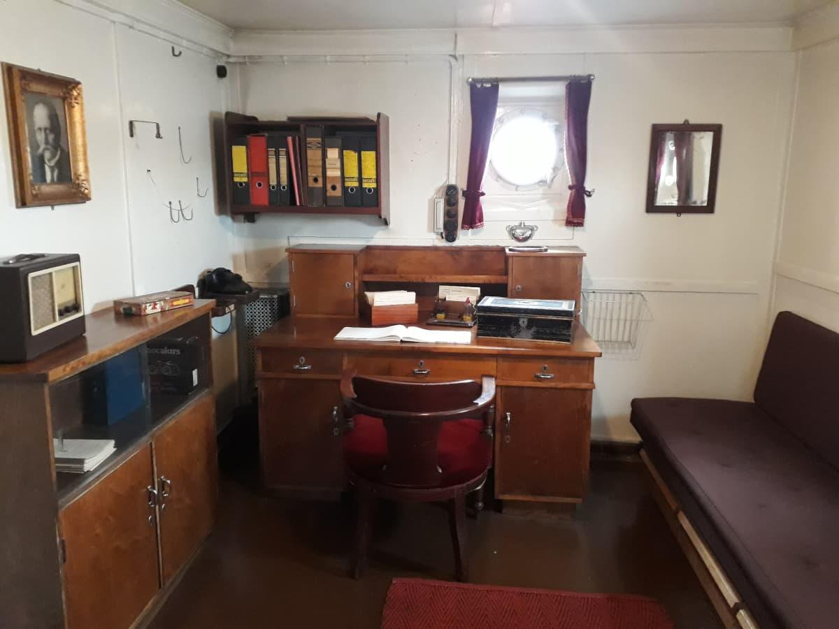 Kapteenin toimisto laivan alakerrassa