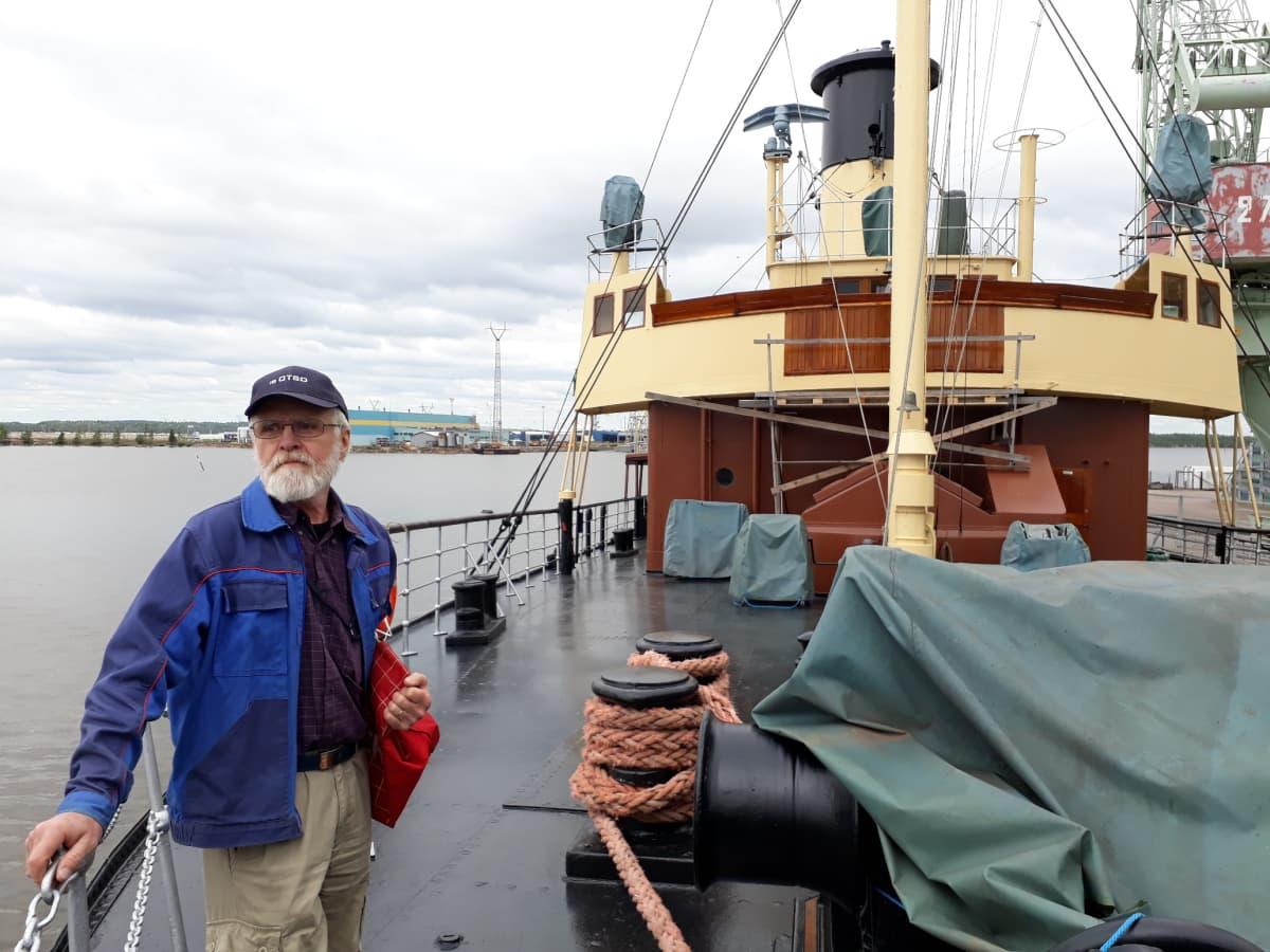 Mies seisoo laivan kannella