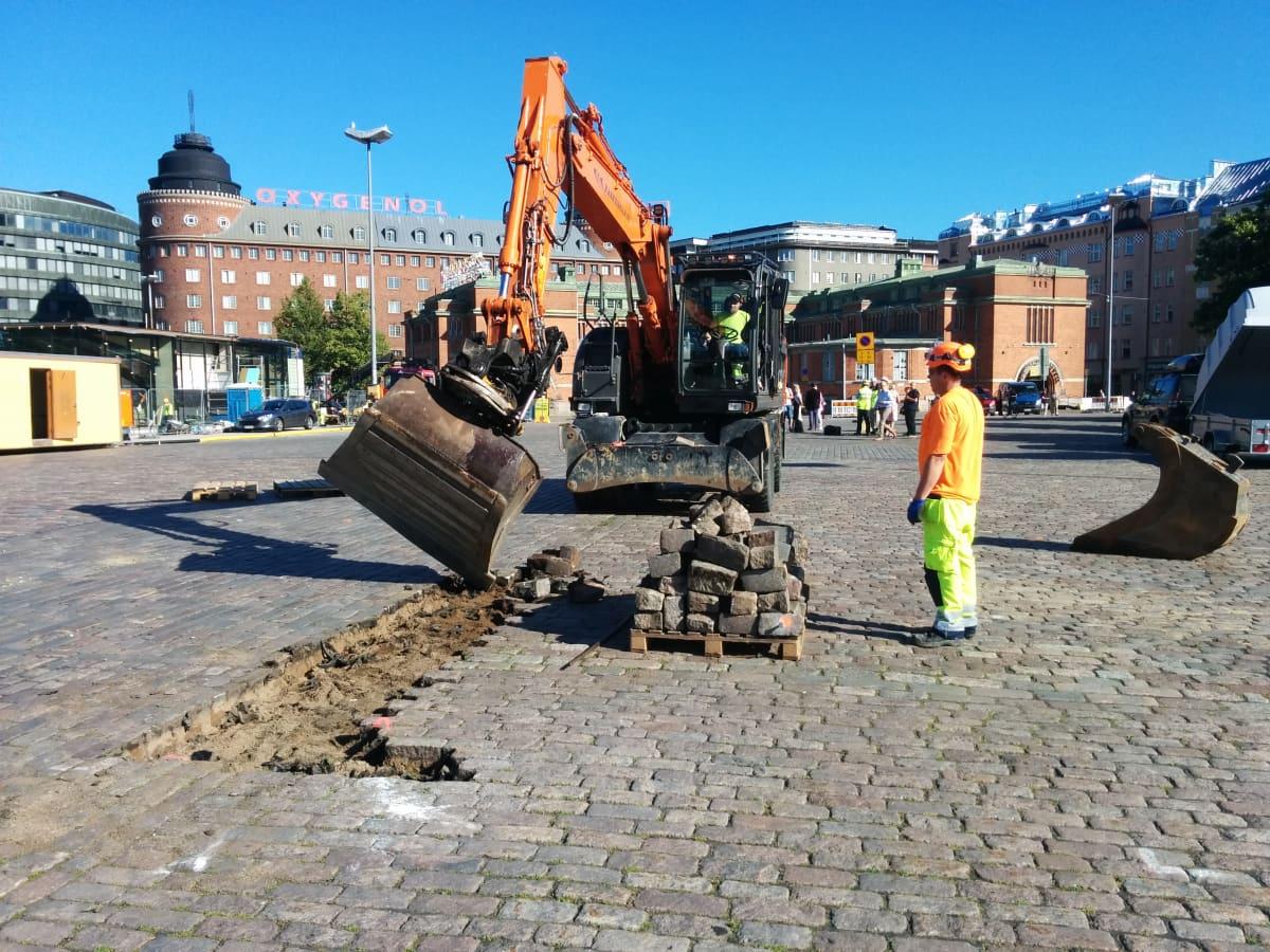 Kauppahallin väistötilojen rakennustyöt aloitettiin tänään Hakanienen torilla.