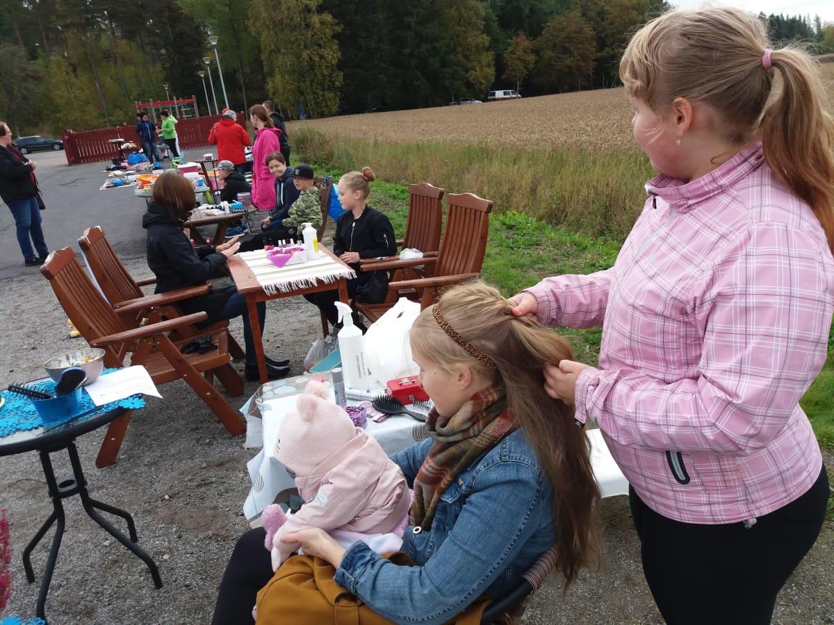 Nousiaisten Valpperin koulun lapsia yrittäjinä koulun pihalla.