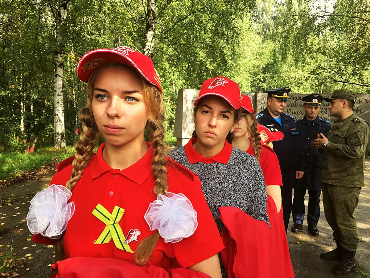 Junarmijan tyttöjä jonossa.