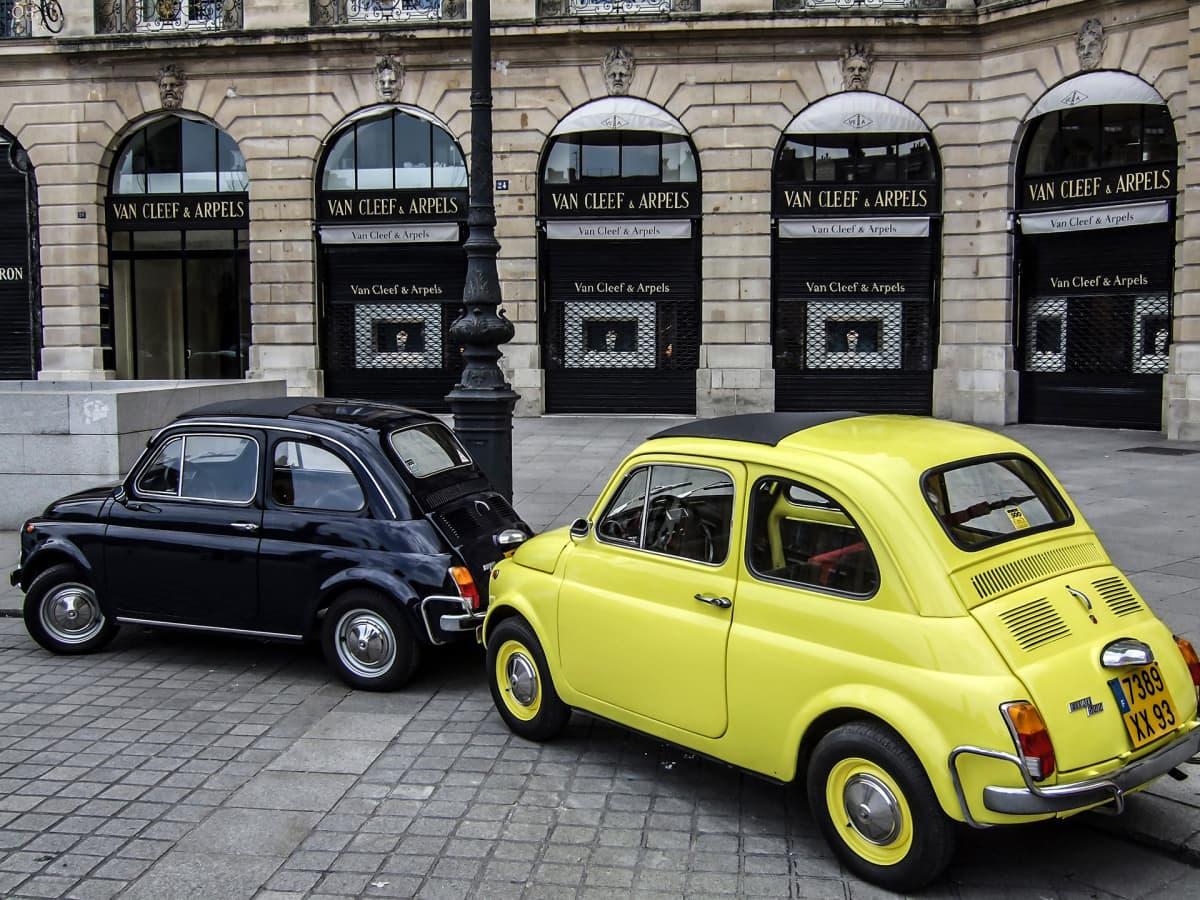 Fiat autoja pysäköitynä osittain jalkakäytävälle.
