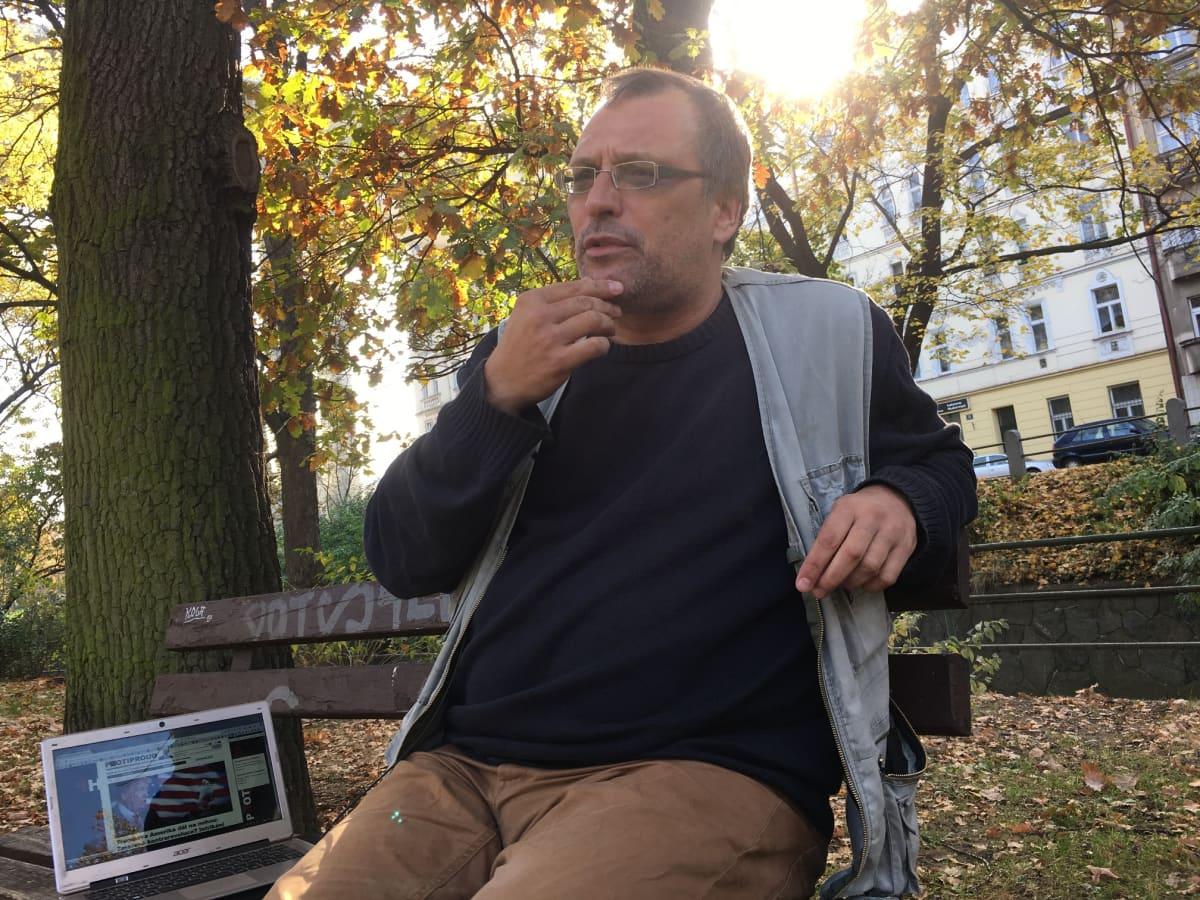 Ondřej Höppner toimittaa vaihtoehtouutisia tšekkiläiselle Protiproud-sivustolle.
