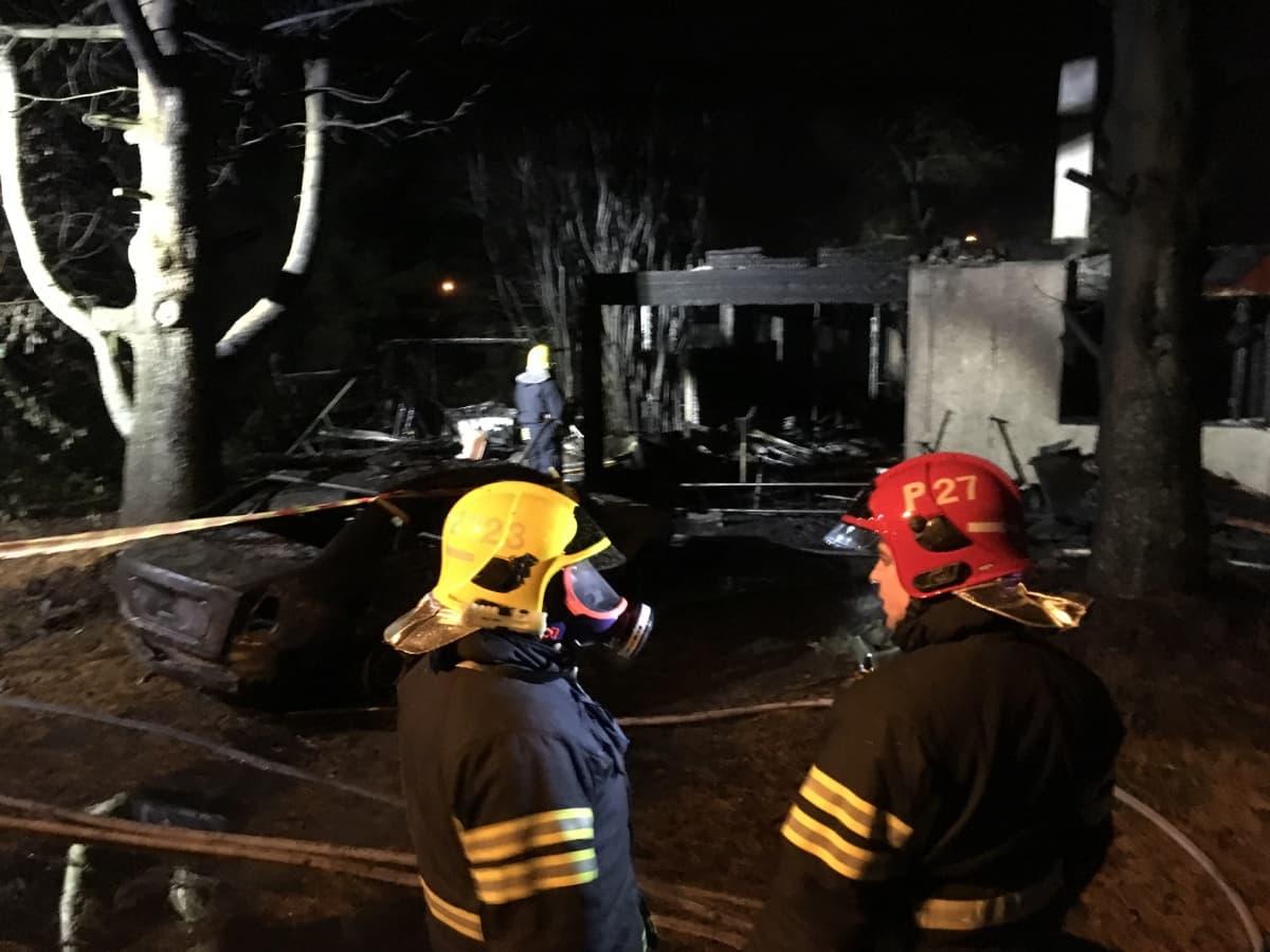 Kangasalan tulipalossa tuhoutunut omakotitalo, etualalla palomiehiä.