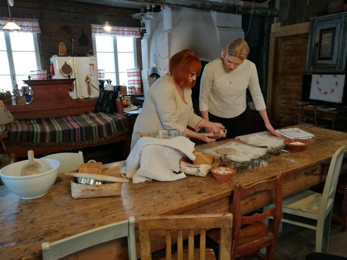 Ritta Rantanen emännöi Varpulan tilaa Sipoon Talmassa. Tuvan leivinuuniin mahtuu paistumaan monta leipää ja pitkä pöytä kutsuu kyläilijöitä ääreensä. Ylen Riikka Porttila saa oppia perinteisen ruisleivän leipomiseen