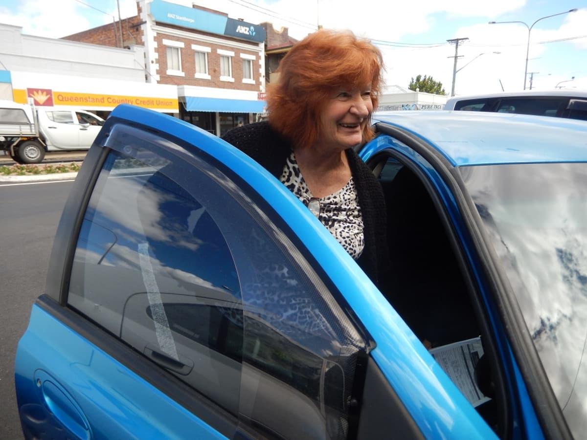 Kuvassa nainen menossa sisään henkilöautoon. Laureine Long sanoo, että Australiaan mahtuu lisää väkeä, mutta infrastuktuuria on rakennettava lisää.