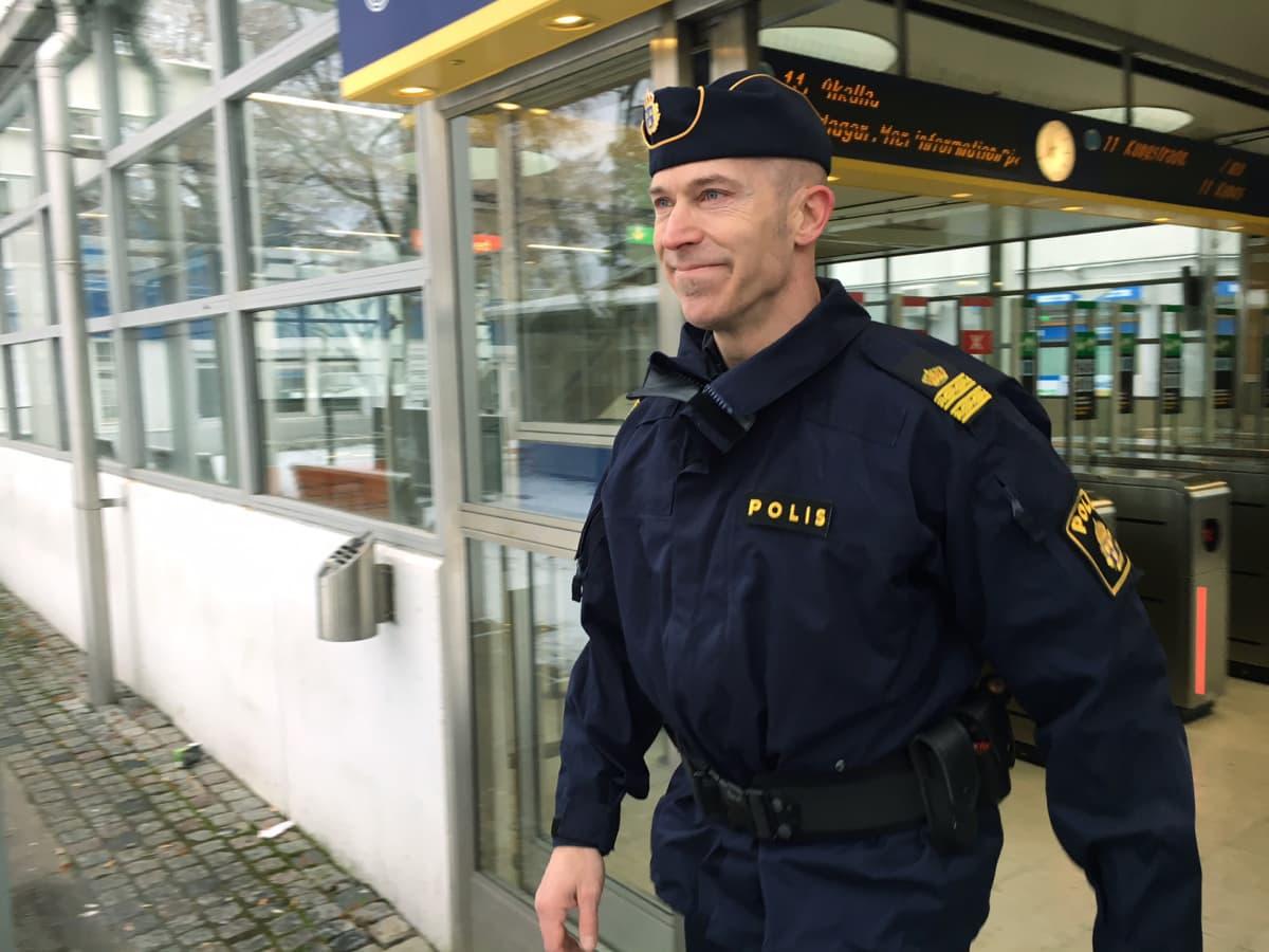 Komisario Stephan Kiernan Tukholman lähiössä.