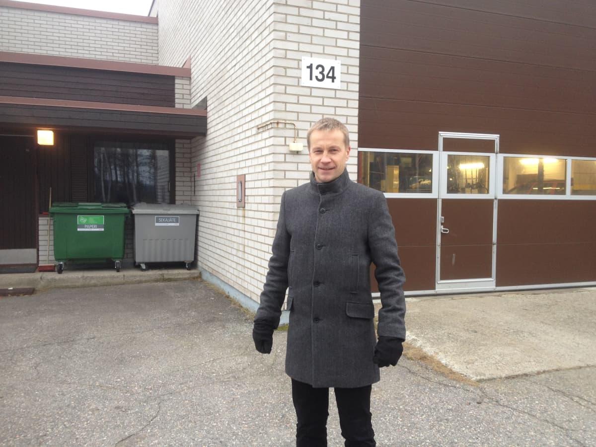 Kommundirektör Jere Penttilä i Kontiolax på brigadområdet i Kontioranta