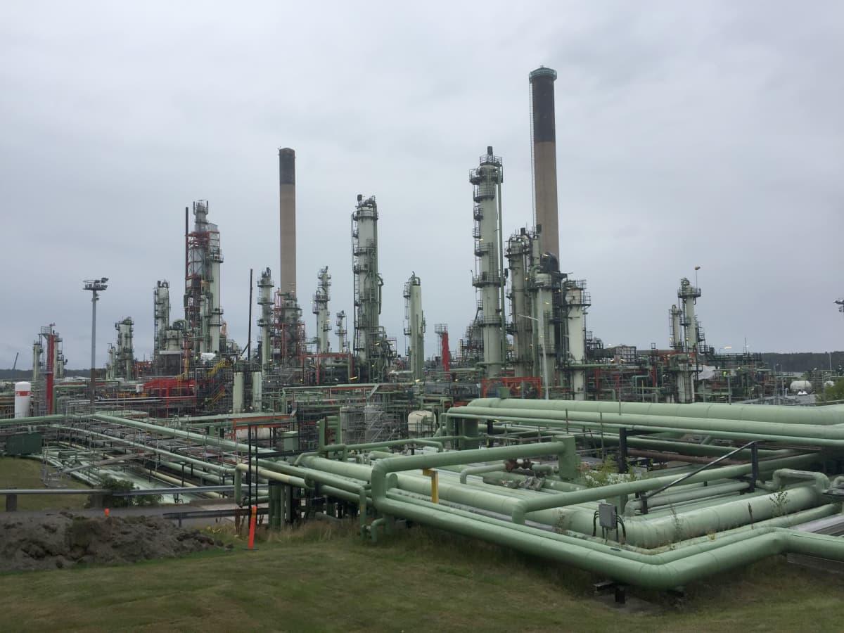 Ett oljeraffinaderi med många rör som går hit och dit