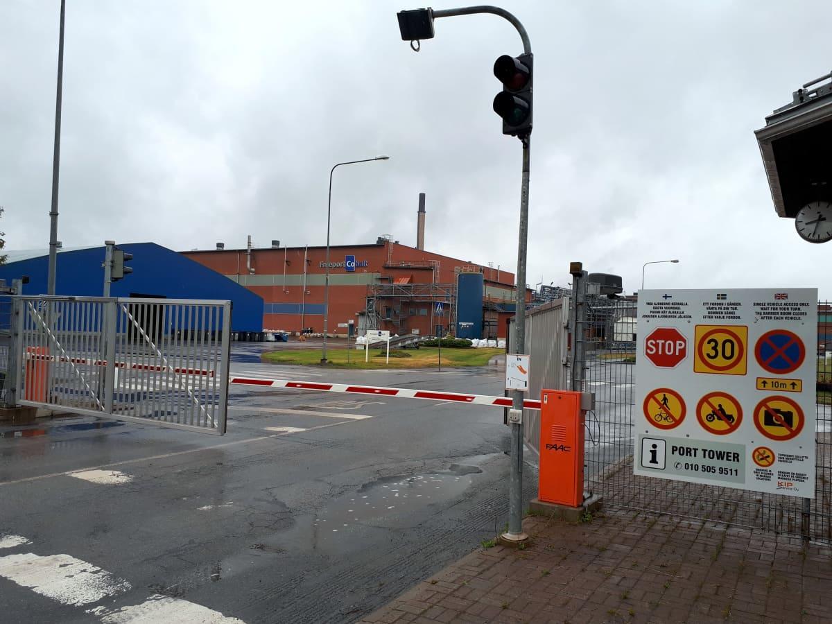 Yksi Kokkolan suurteollisuusalueen porteista.