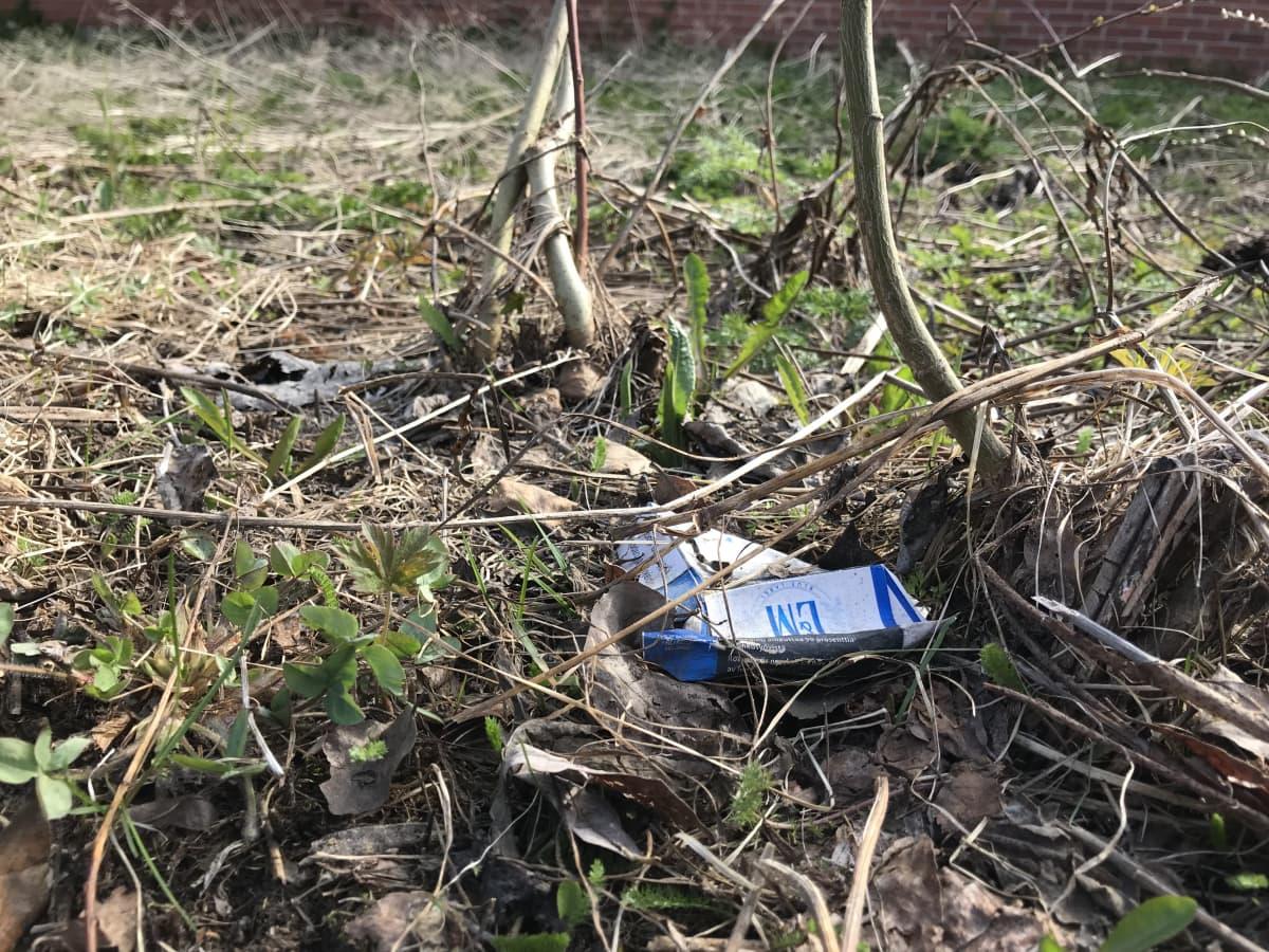 Tupakantumpit ja kartongit ovat yleisin jäte kaduilla.