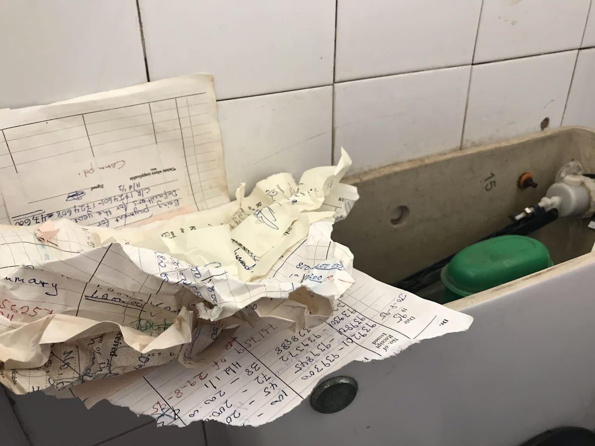 Vanhoja tilikirjoja vessapaperin korvikkeena