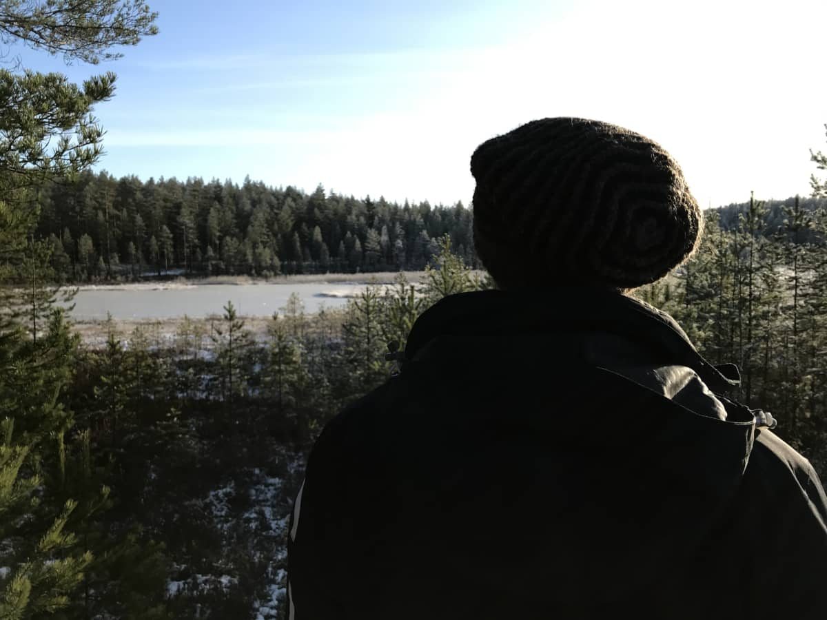 Olli Korhonen katselee Suonenjoen Onkilammen suuntaan.