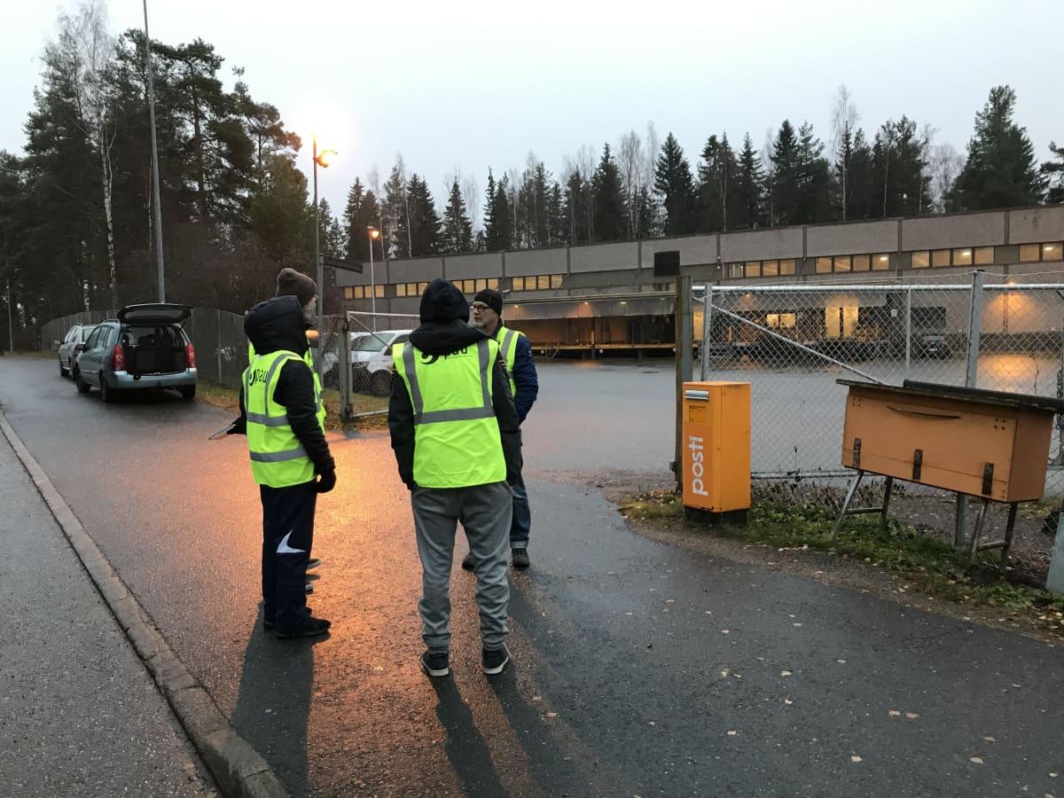 Postin lakkovahteja Hämeenlinnassa lajittelukeskuksen portilla maanantaiaamuna 11. marraskuuta.
