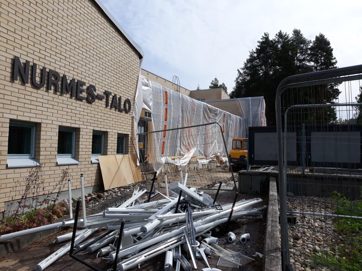 Remontoitavan Nurmes-talon yksi seinä on peitetty muovilla.