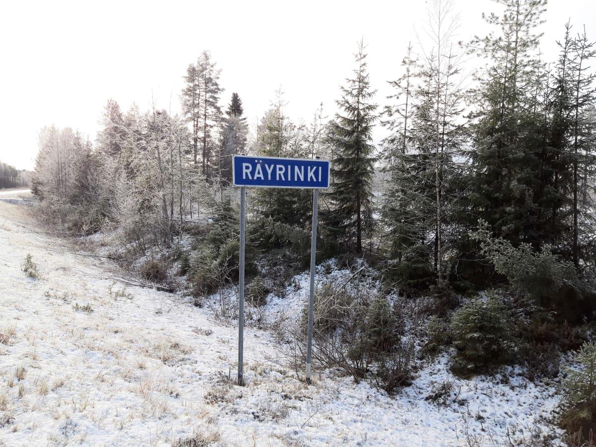 Räyrinki-kyltti talvisessa maisemassa.