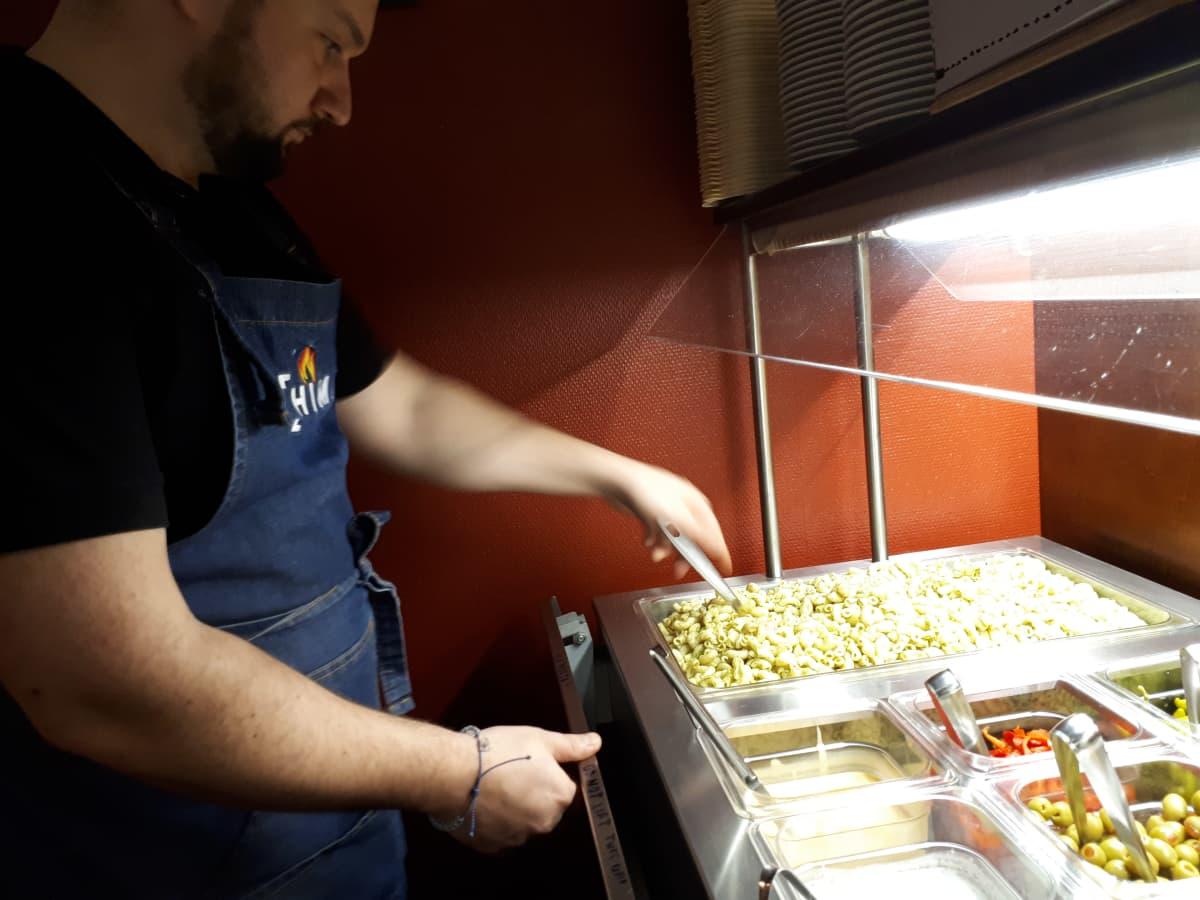 Fatos Kavaja järjestelee tillimakaronia salaattilinjastolla