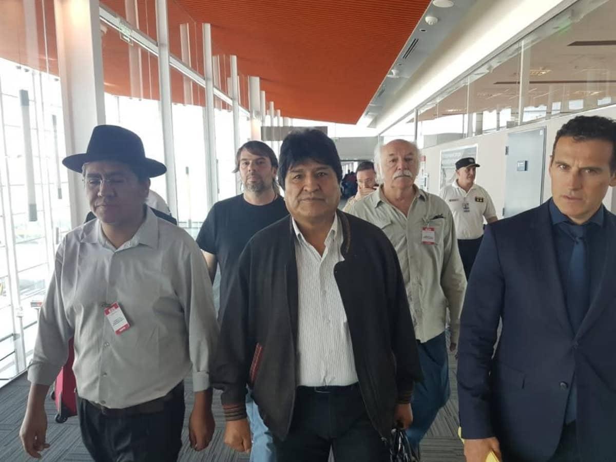 Evo Morales miesjoukon keskellä.